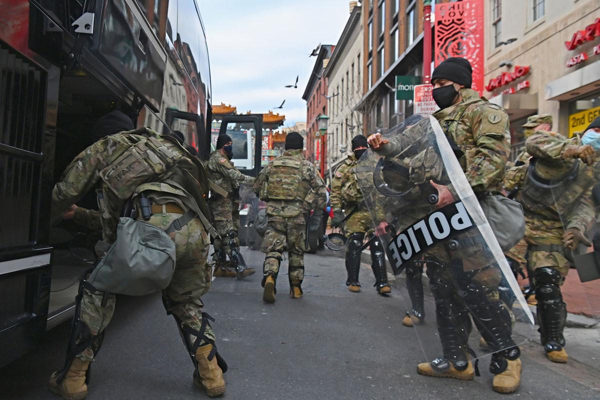 Az amerikai kongresszus épületét, és a környező utcákat is ellepték a fegyveres gárdisták, az FBI szerint erőszakos tüntetések lehetnek Washingtonban