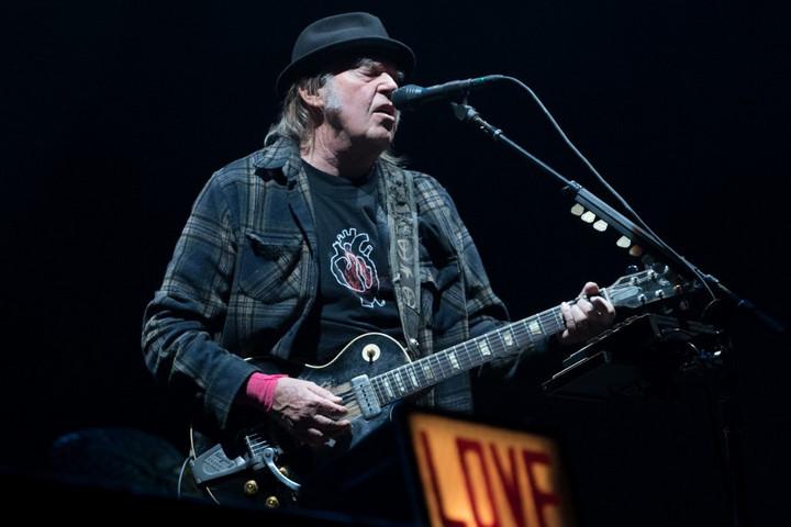 Neil Young eladta az életművének fele tulajdonjogát