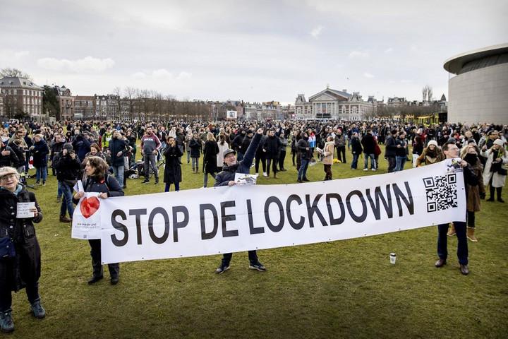 Fellázadtak a hollandok a kijárási tilalom ellen