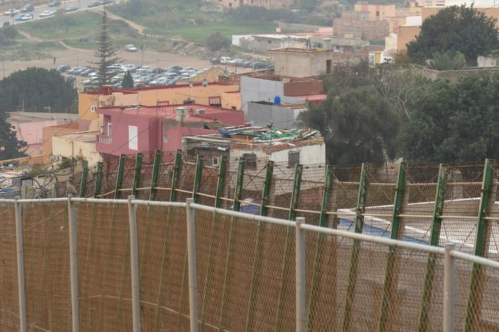 Több mint nyolcvan migráns jutott át Melillába a határkerítésen