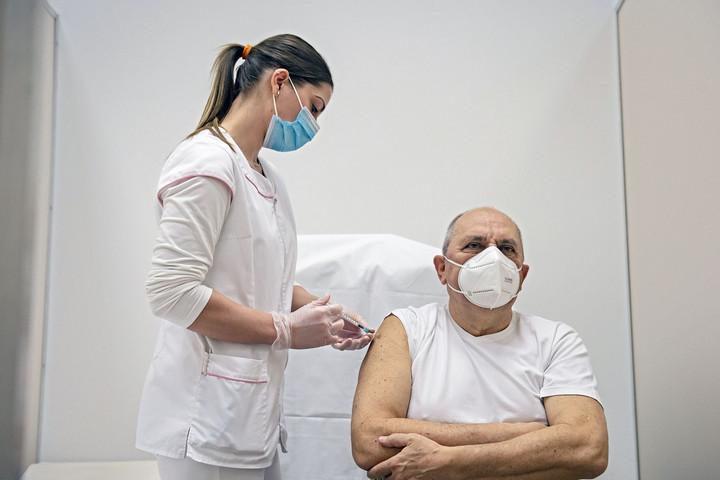 Már kötelező a koronavírus elleni oltás az egészségügyi dolgozóknak