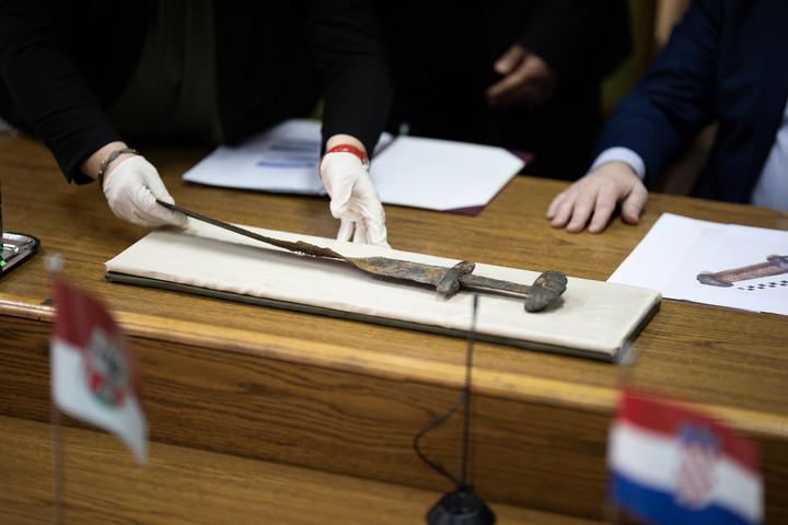Elképesztően ritka, több mint ezeréves kard került elő Zala megyében