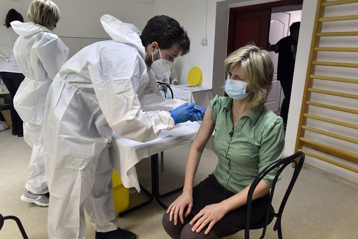 Több mint 35 ezer ember beoltására elég vakcina érkezik hazánkba kedden