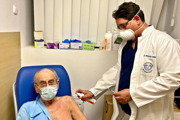 Az ország legidősebb praktizáló orvosa arra biztat mindenkit, hogy kövesse a példáját, és oltassa be magát