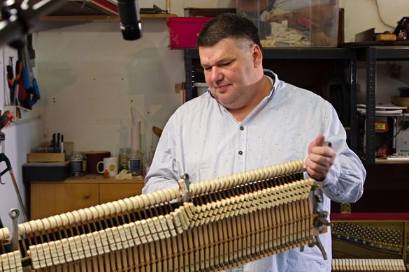 Apáról fiúra szállt a zongorakészítés mestersége