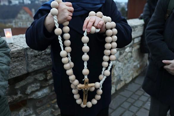 Rózsafüzér imádság a Mária-szobornál