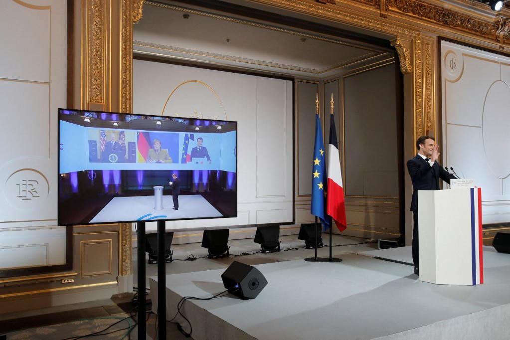 Emmanuel Macron francia elnök (j) az online megrendezett Müncheni Biztonságpolitikai Konferencián