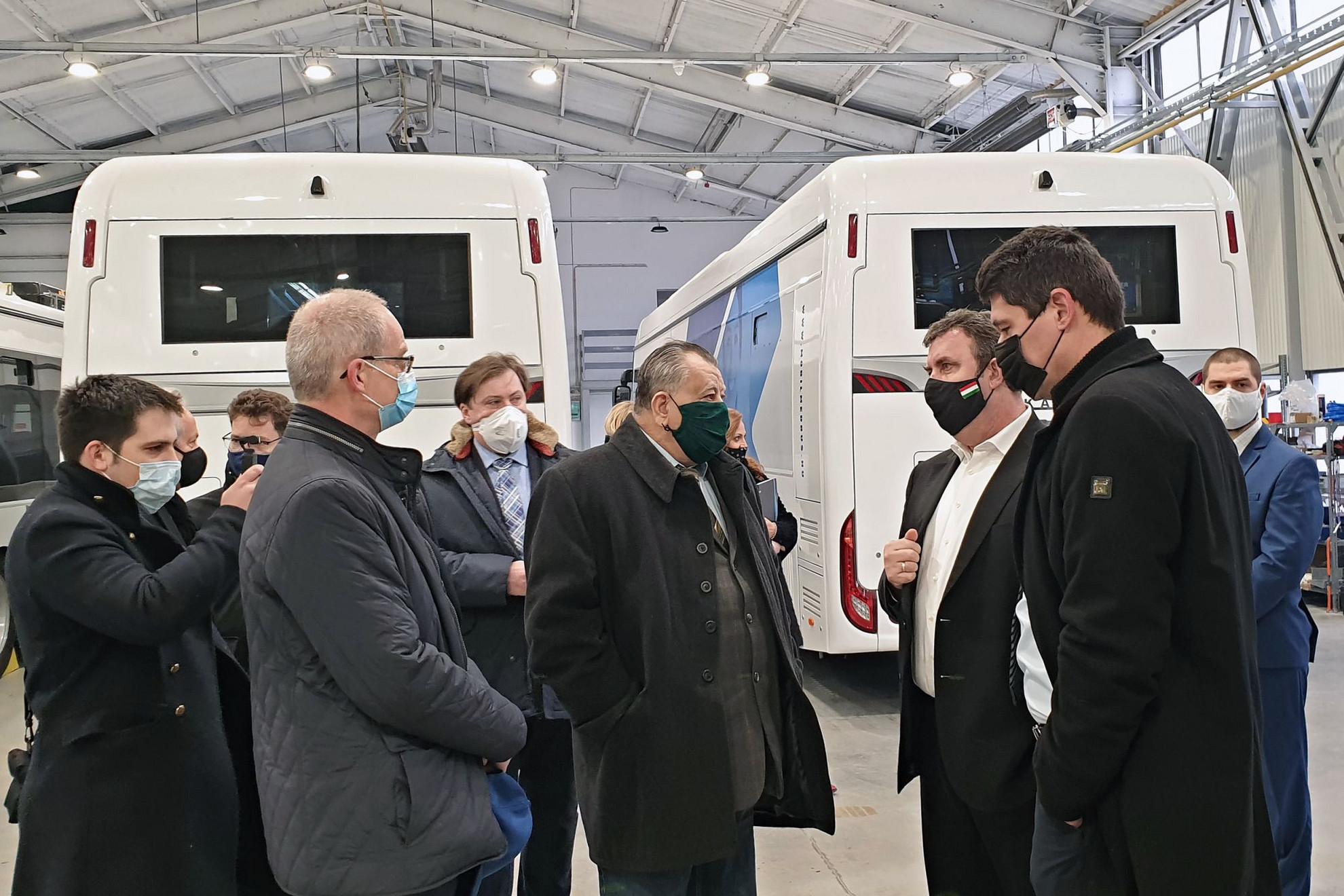 Széles Gábor (középen), az Ikarus vállalatcsoport elnöke, tulajdonosa mutatta meg az elektromos autóbuszokat a gyártócsarnokban  Palkovics László innovációs és technológiai miniszternek