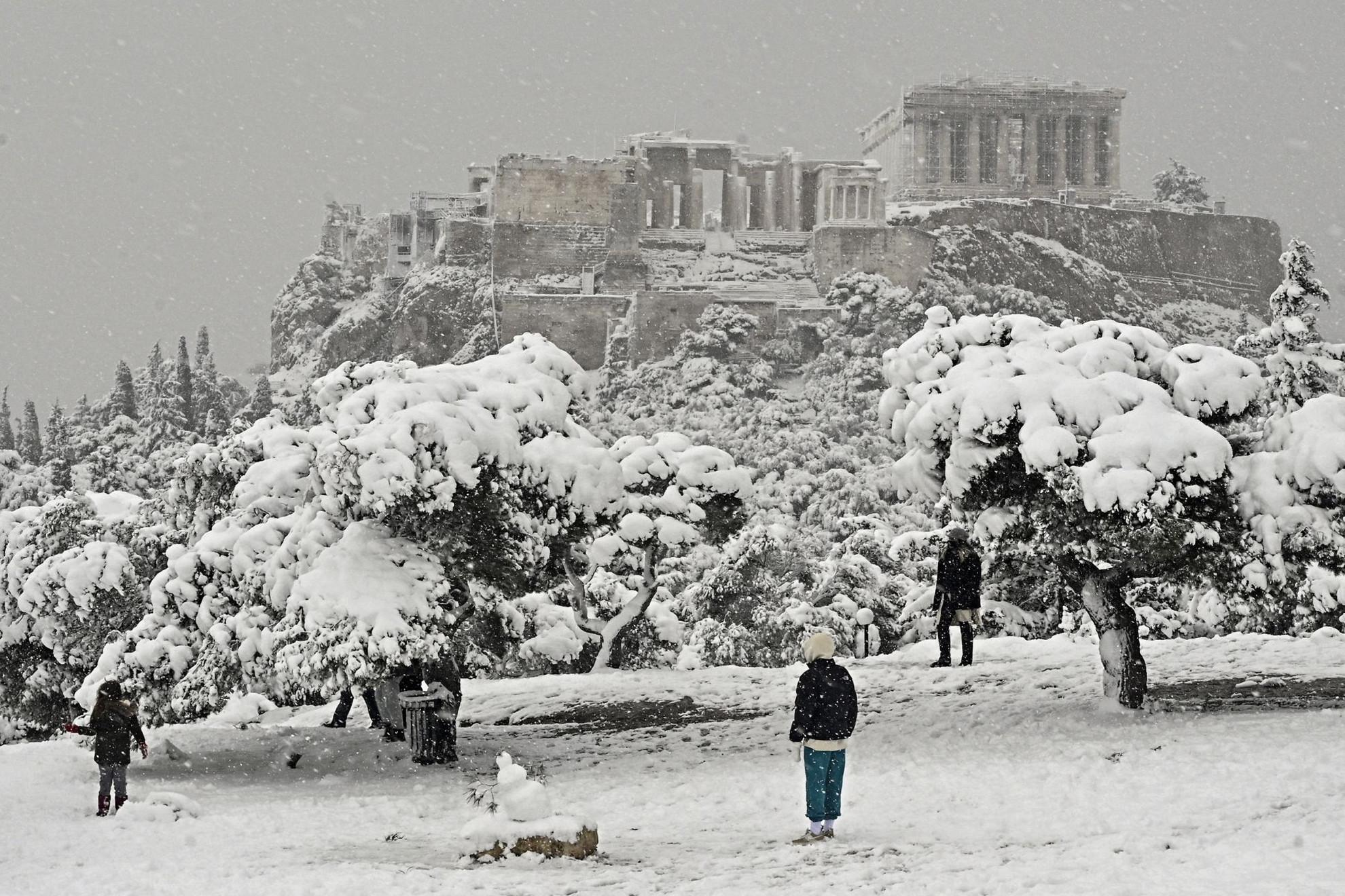 Havazás bénította meg Athént, felfüggesztették az oltási kampányt