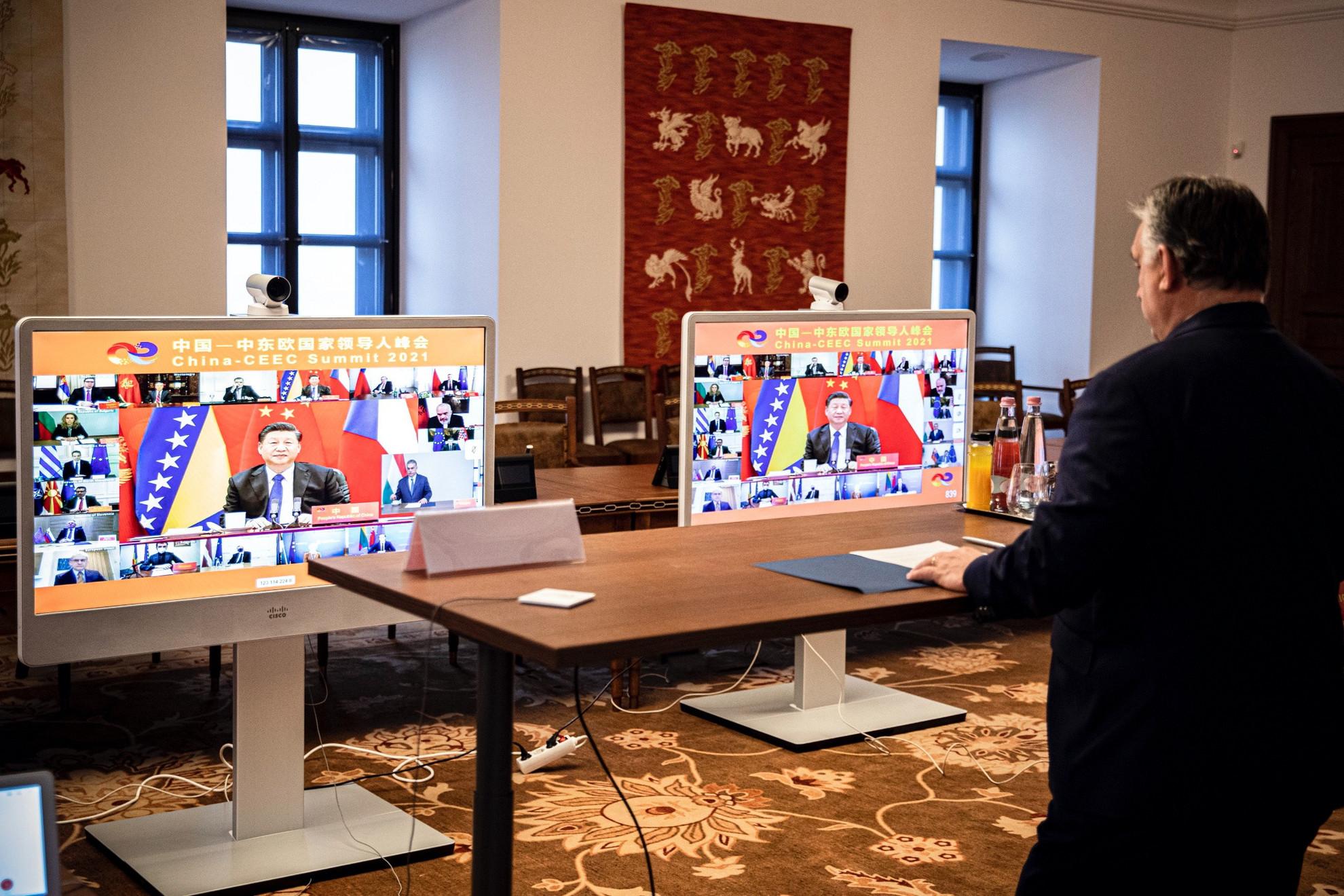 Orbán Viktor miniszterelnök részt vesz a Kína és a kelet-közép-európai országok közti, videókonferencián tartott egyeztetésen, a képernyőn Hszi Csin-ping kínai elnök