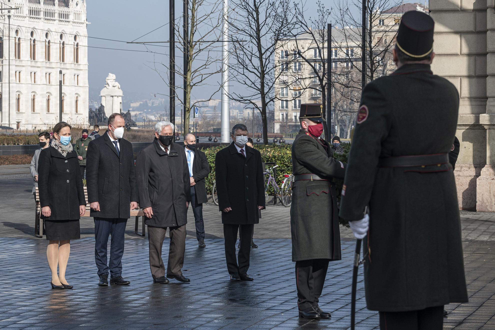 Földváryné Kiss Réka, a Nemzeti Emlékezetbizottság elnöke, Csáky Csongor, a Rákóczi Szövetség elnöke, Sömjéni László, a Szabadságharcosokért Közalapítvány elnöke és Kövér László, az Országgyűlés elnöke (b-j) koszorúz a Nemzeti vértanúk emlékművénél a Vértanúk terén a kommunizmus áldozatainak emléknapján, 2021. február 25-én