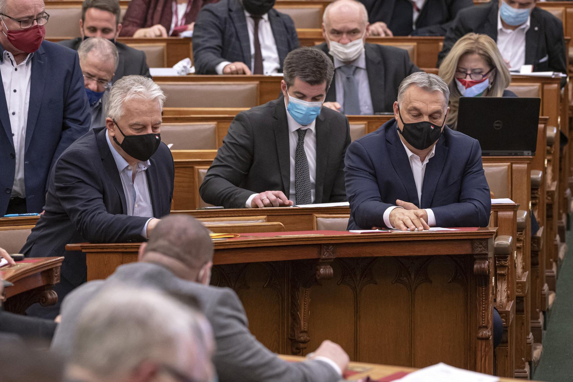 Orbán Viktor miniszterelnök (j, elöl), Semjén Zsolt miniszterelnök-helyettes (b), mögöttük Kocsis Máté, a Fidesz parlamenti frakcióvezetője (k) és a képviselők szavaznak a koronavírus-világjárvány elleni védekezésről szóló törvényjavaslatról az Országgyűlés plenáris ülésén 2021. február 22-én