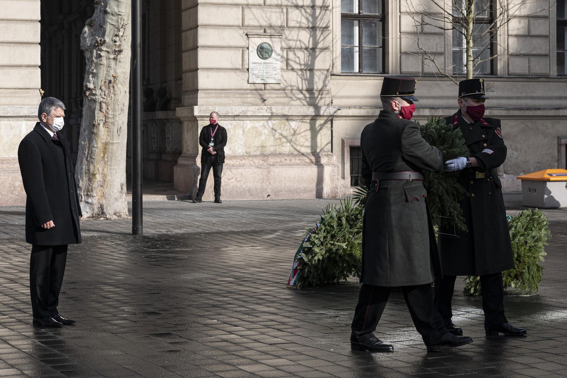 Kövér László, az Országgyűlés elnöke koszorúz a Nemzeti vértanúk emlékművénél a Vértanúk terén a kommunizmus áldozatainak emléknapján, 2021. február 25-én