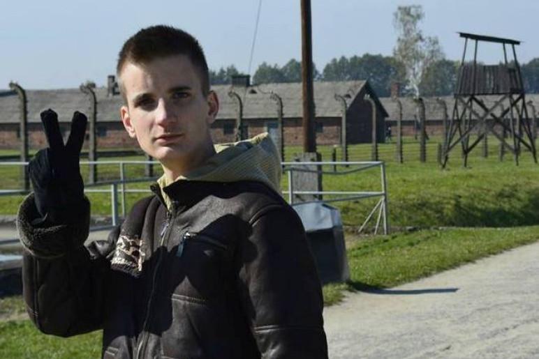 Hajnády Kristóf a győzelem jelét mutatja Auschwitzban