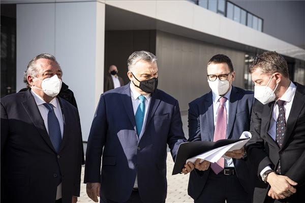 Orbán Viktor miniszterelnök (középen) és Olivier Ginon, a Hungexpót üzemeltető francia GL events cégcsoport elnöke (balról) látogatást tesz a Hungexpo területén