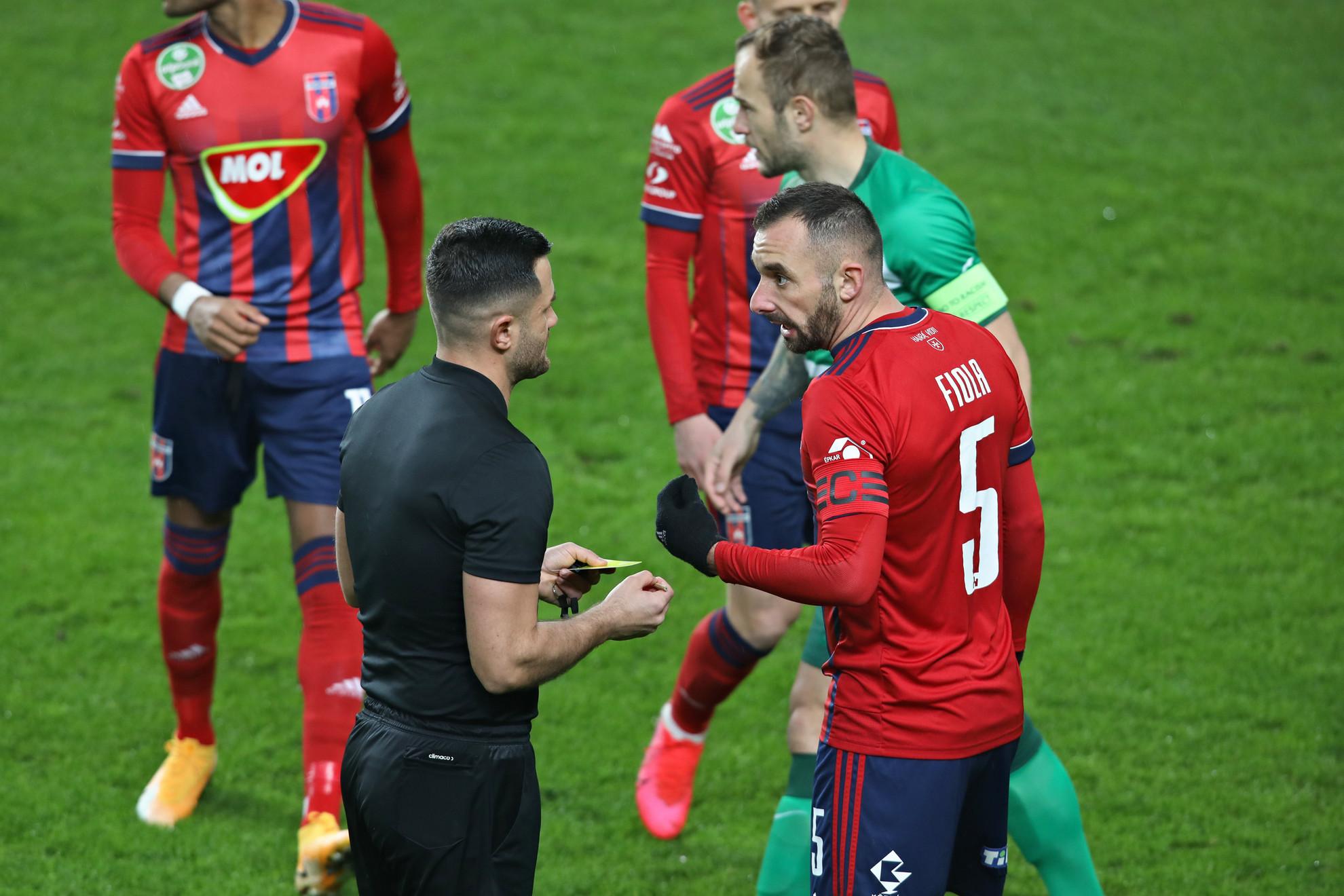 Fiola Attila veszekszik a játékvezetővel