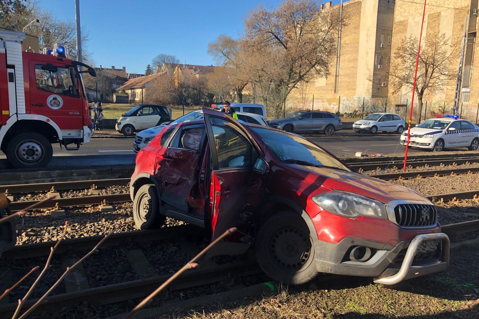 Az autóban jelentős kár keletkezett, személyi sérülésekről nem tudni