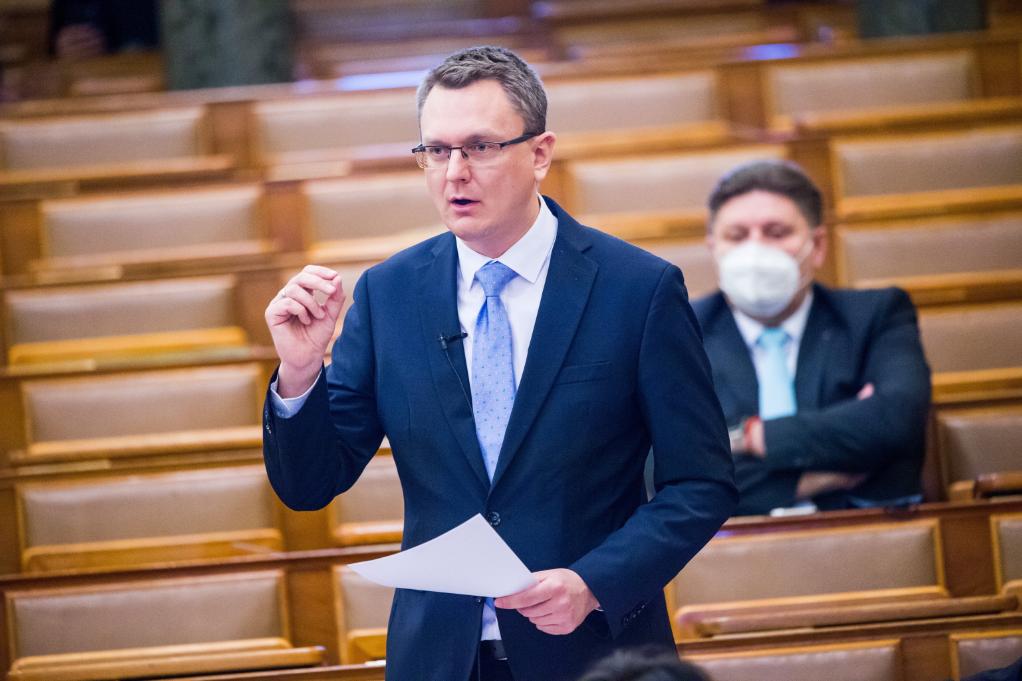 Rétvári Bence KDNP-s országgyűlési képviselő, az Emberi Erőforrások Minisztériumának parlamenti államtitkára napirend előtt felszólal az Országgyűlés plenáris ülésén