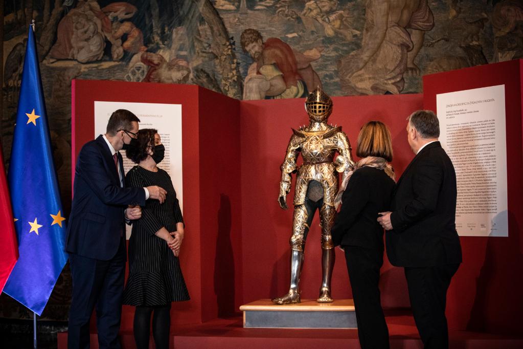 Mateusz Morawiecki lengyel kormányfő (b) és felesége, Iwona Morawiecka, valamint Orbán Viktor magyar miniszterelnök és házastársa, Lévai Anikó II. Zsigmond Ágost lengyel király gyermekpáncéljának átadásán a krakkói Várban