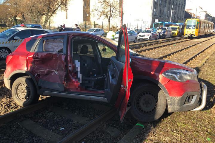 Métereken át tolt egy autót a villamos Zuglóban