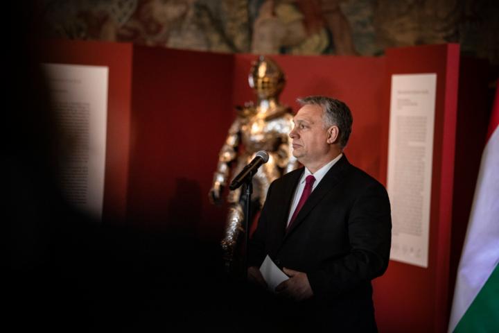 Orbán Viktor átadta Lengyelországnak II. Zsigmond Ágost lengyel király gyermekpáncélját