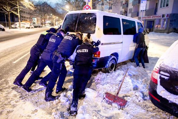 Súlyos közlekedési fennakadásokat okozott a havazás Németországban