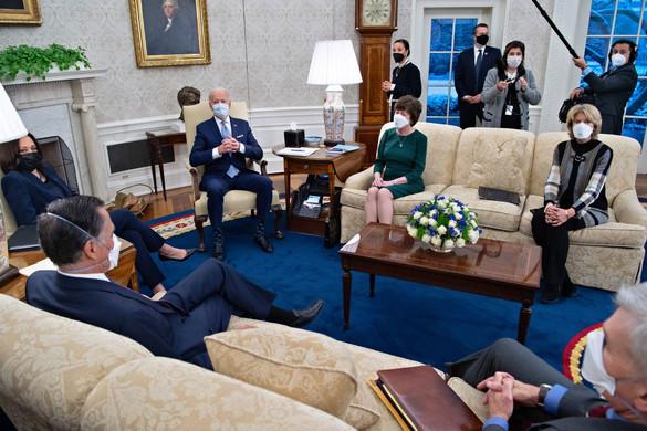 Nem tudott megállapodni a republikánusokkal Biden, akinek Kína feltételes békejobbot nyújtott