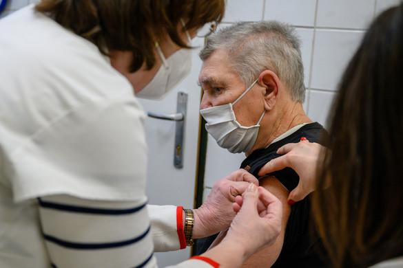Több pénzt kapnak a hétvégén is oltó háziorvosok az oltás felgyorsítása érdekében