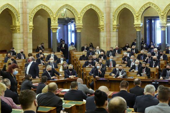 A koronavírus-törvény meghosszabbításáról szavaz a parlament