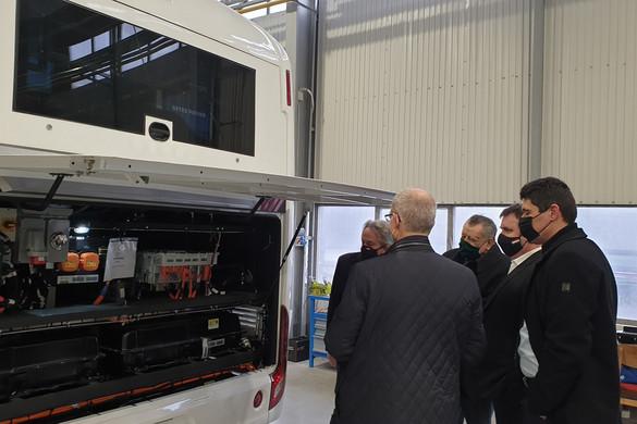 Palkovics László megtekintette az Ikarus elektromos buszainak sorozatgyártását