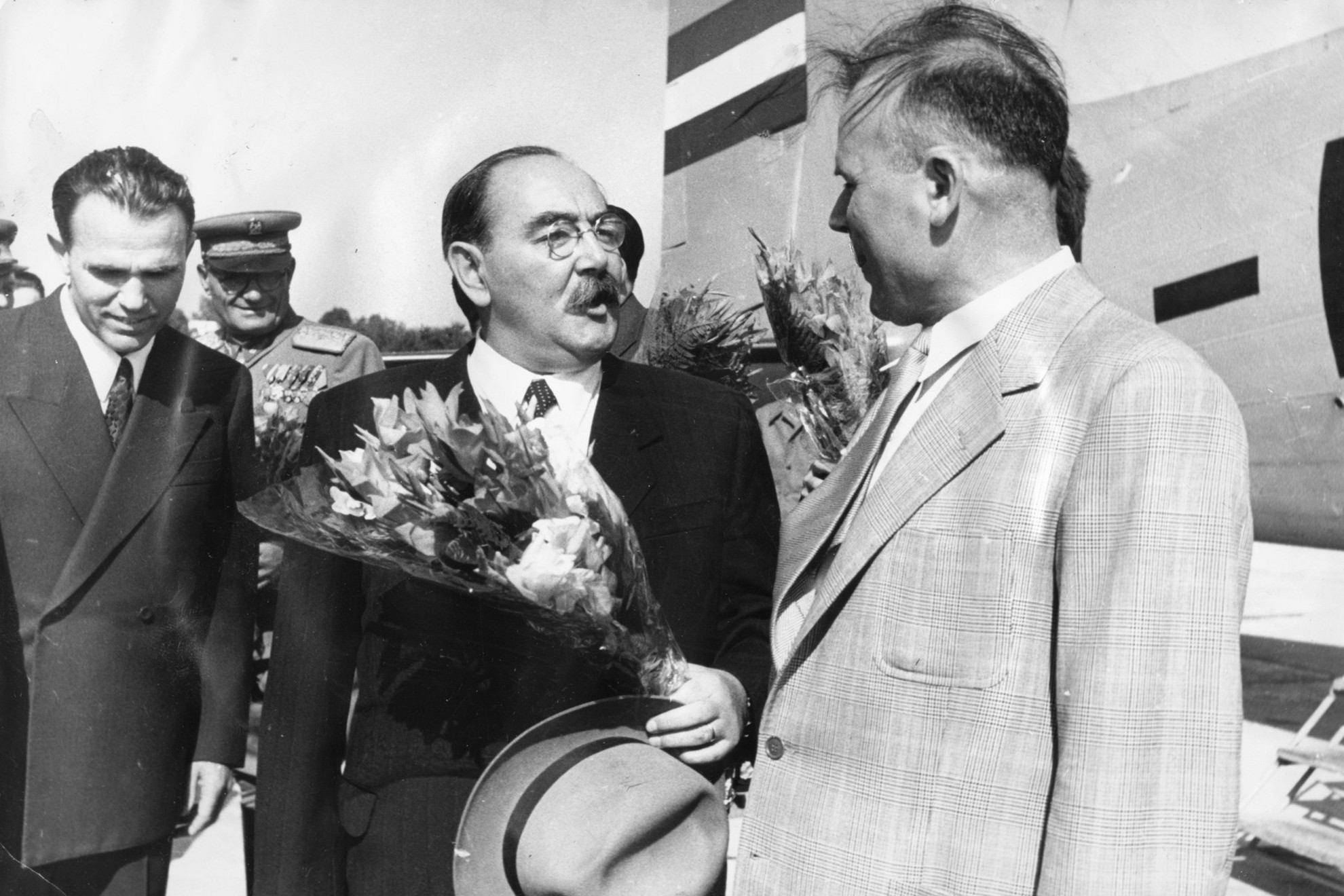 Nagy Imre (k) a szovjet példát követve amnesztiát hirdetett