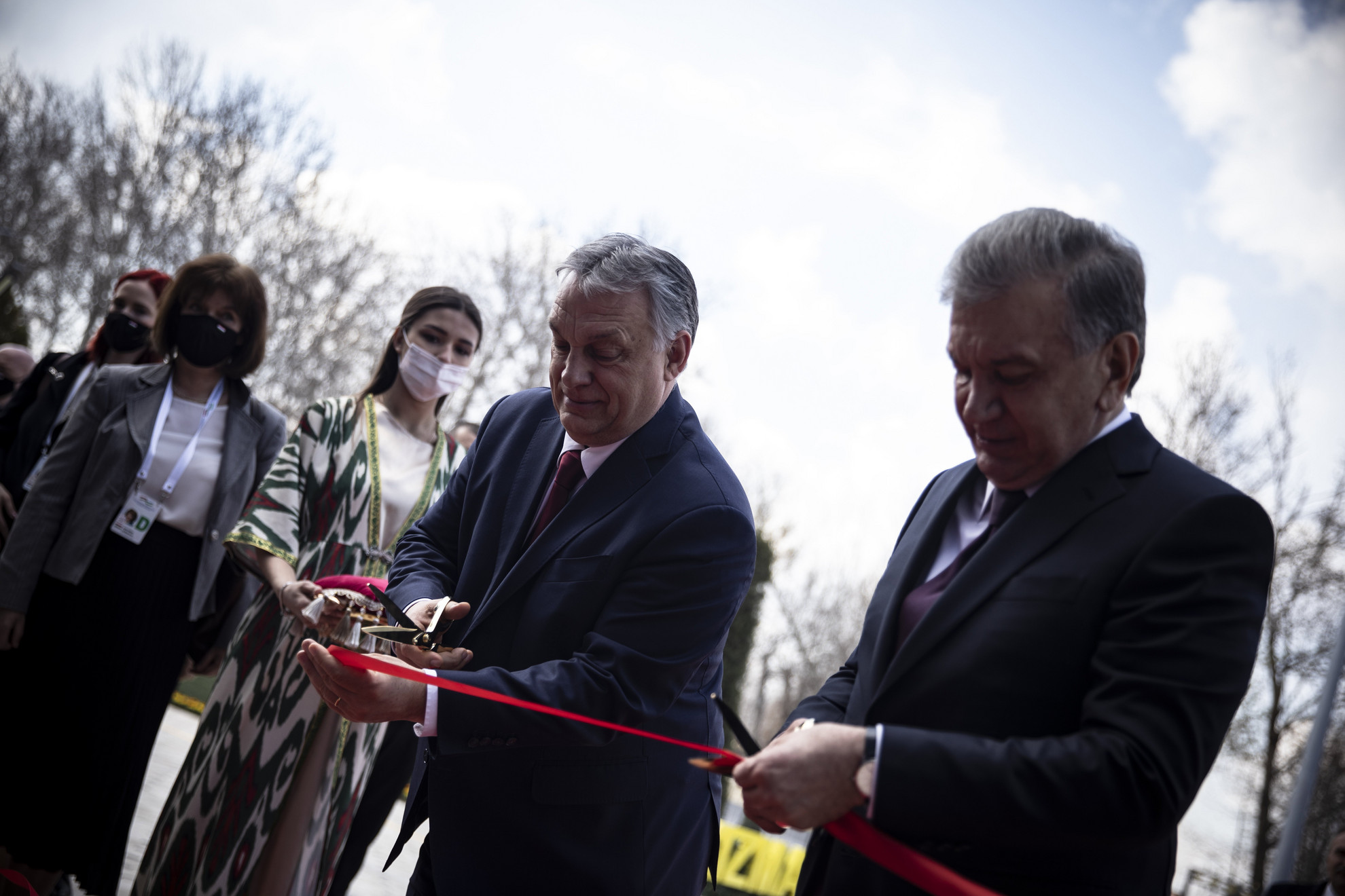Savkat Mirzijojev üzbég államfő (j) és Orbán Viktor miniszterelnök az Üzbég-Magyar Burgonyakutató Központ avatási ünnepségén Taskentben 2021. március 30-án