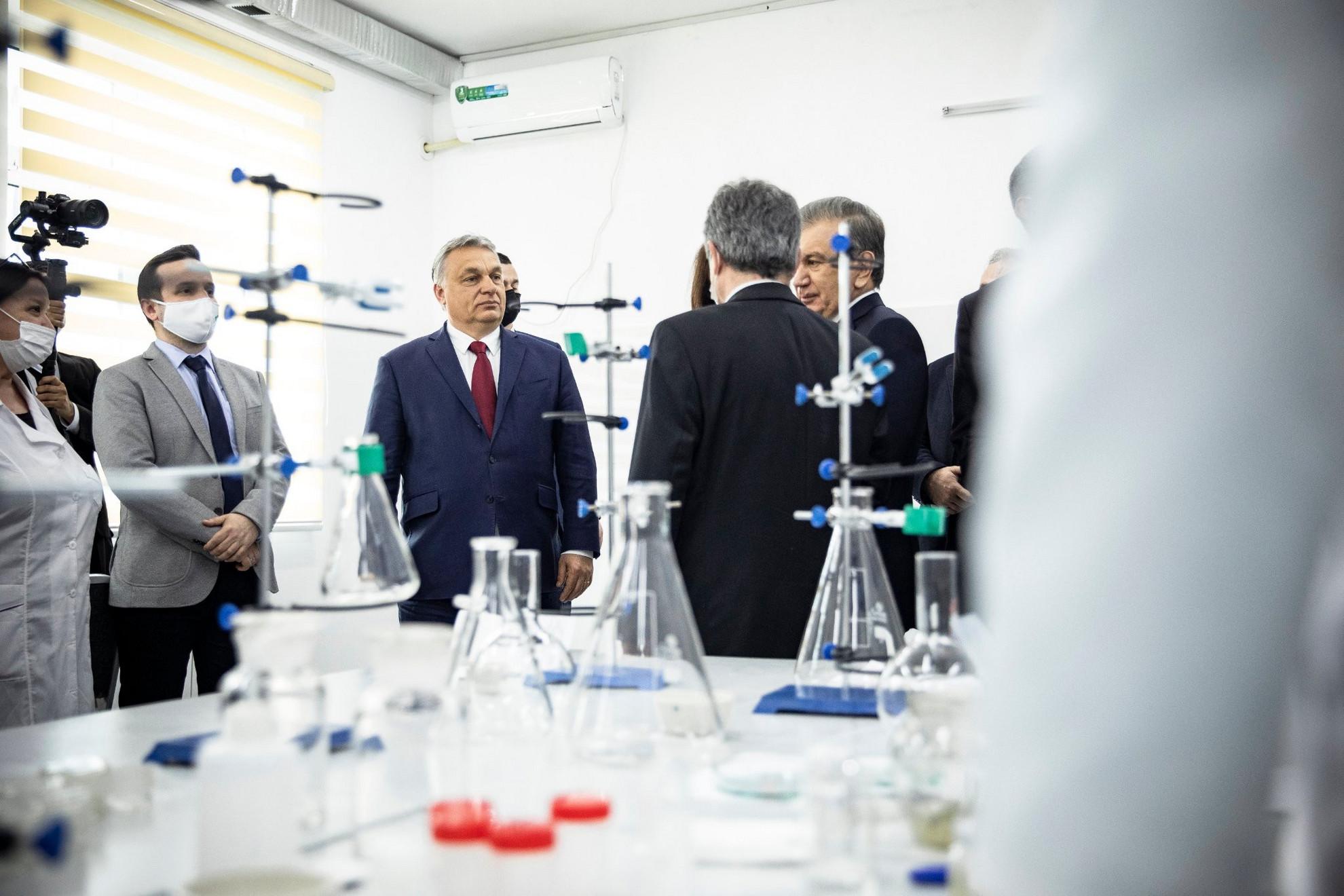 Savkat Mirzijojev üzbég államfő (j) és Orbán Viktor miniszterelnök (k) az Üzbég-Magyar Burgonyakutató Központ avatási ünnepségén Taskentben 2021. március 30-án