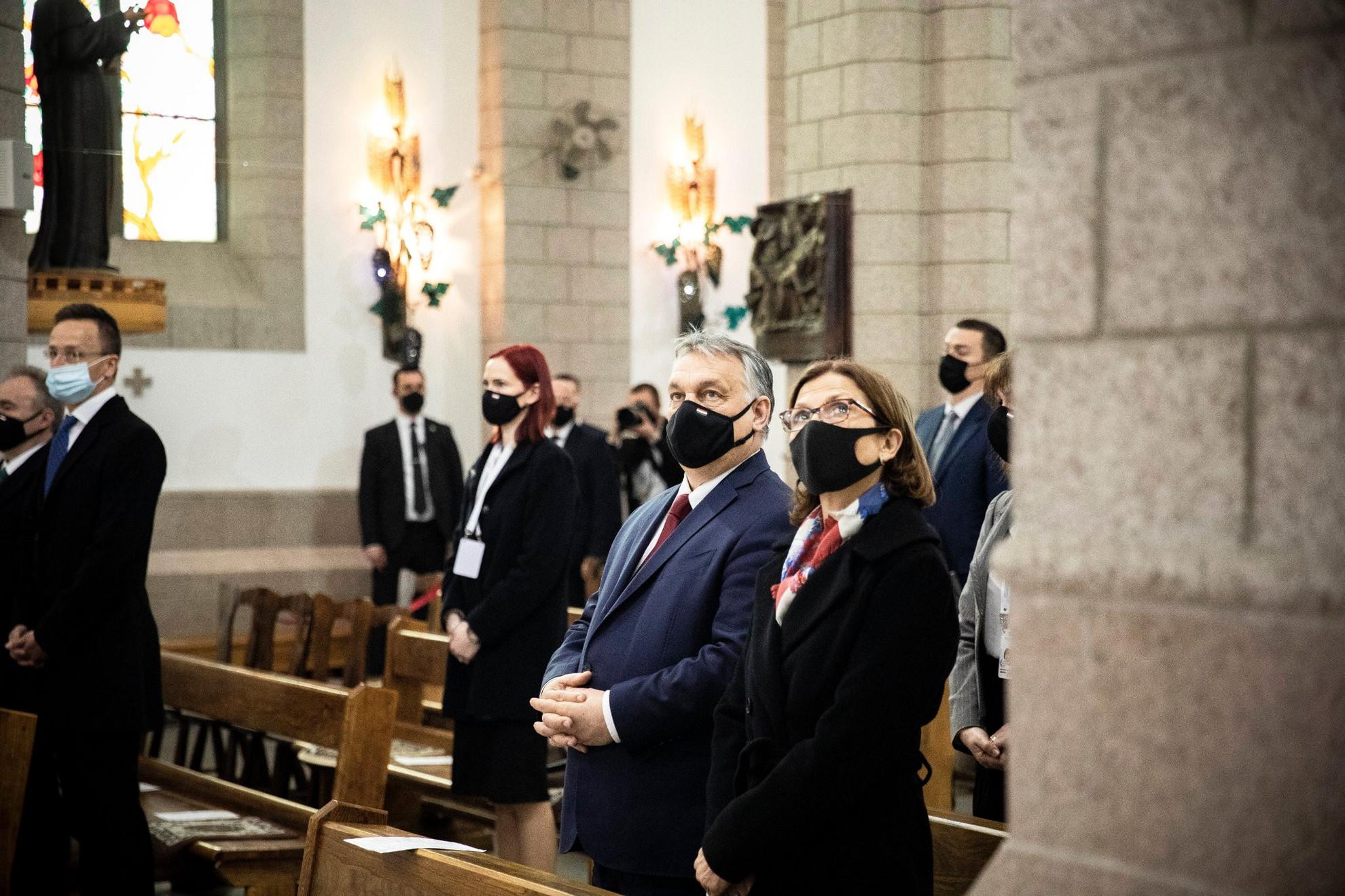 Orbán Viktor miniszterelnök és felesége, Lévai Anikó a taskenti Jézus Szent Szíve templomban tartott szentmisén 2021. március 30-án