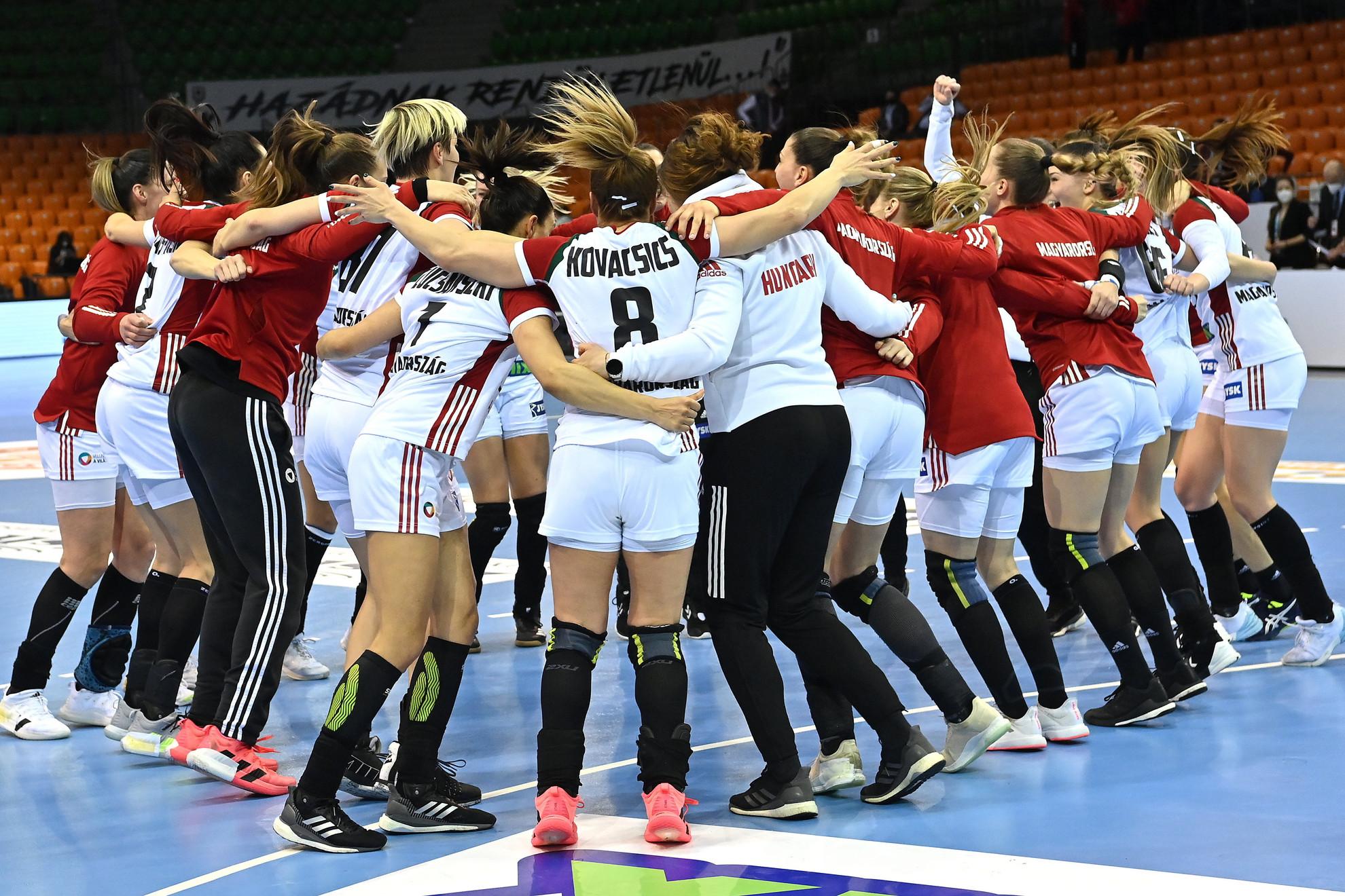A magyar válogatott tagjai, miután 31-23-ra legyőzték Szerbia csapatát a kézilabda női olimpiai selejtezőn