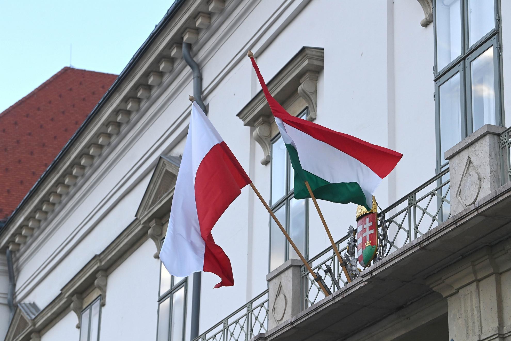 Magyar és lengyel nemzeti zászló a magyar-lengyel barátság napja alkalmából a Sándor-palotán