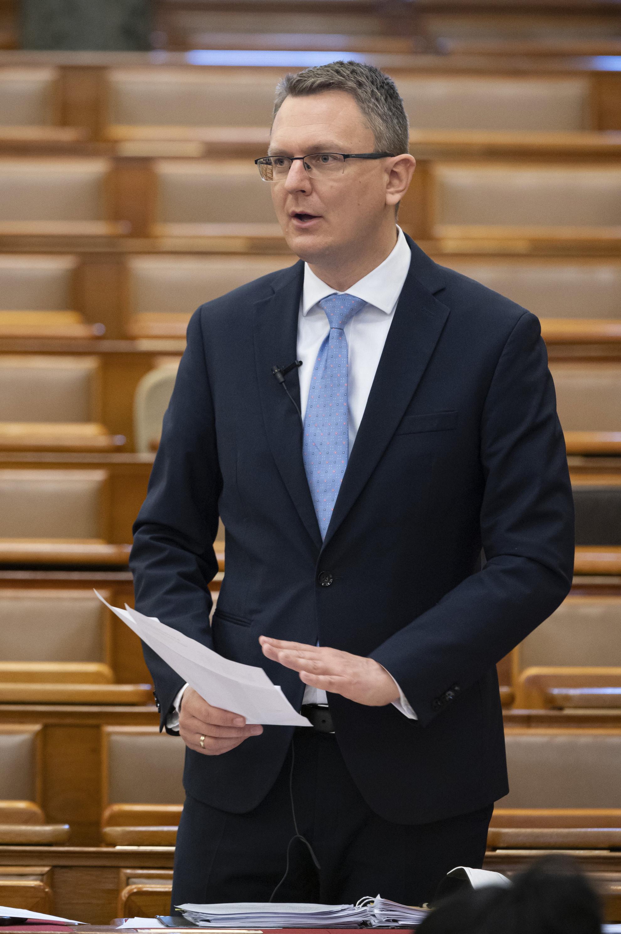 Rétvári Bence, az Emberi Erőforrások Minisztériumának parlamenti államtitkára napirend előtti felszólalásra válaszol az Országgyűlés plenáris ülésén