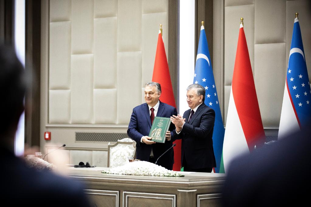 Savkat Mirzijojev üzbég államfő (j) és Orbán Viktor miniszterelnök a tárgyalásukat követően tartott sajtótájékoztatón Taskentben