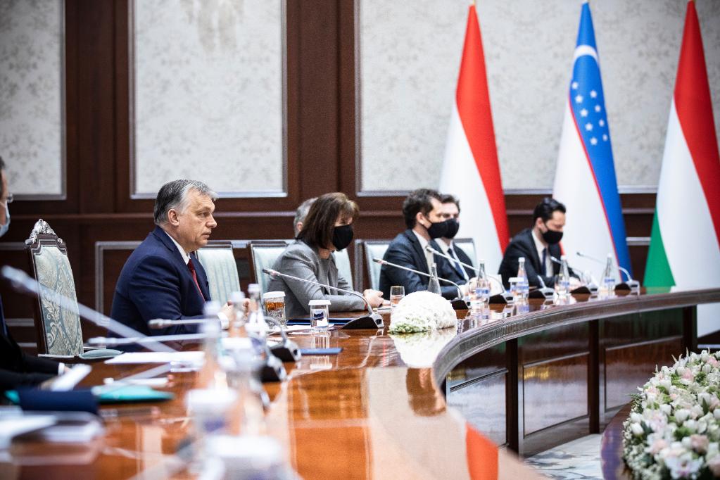 Orbán Viktor magyar kormányfő a Savkat Mirzijojev üzbég államfővel folytatott tárgyaláson Taskentben