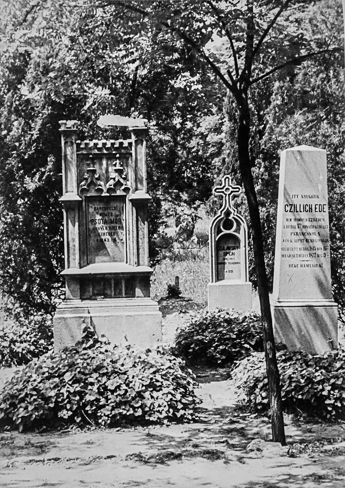 Fénykép őrzi Psota Mór, Zulawsky Simon és Chillich Ede (Eduárd) egykori sírját a Németvölgyi temetőkertben