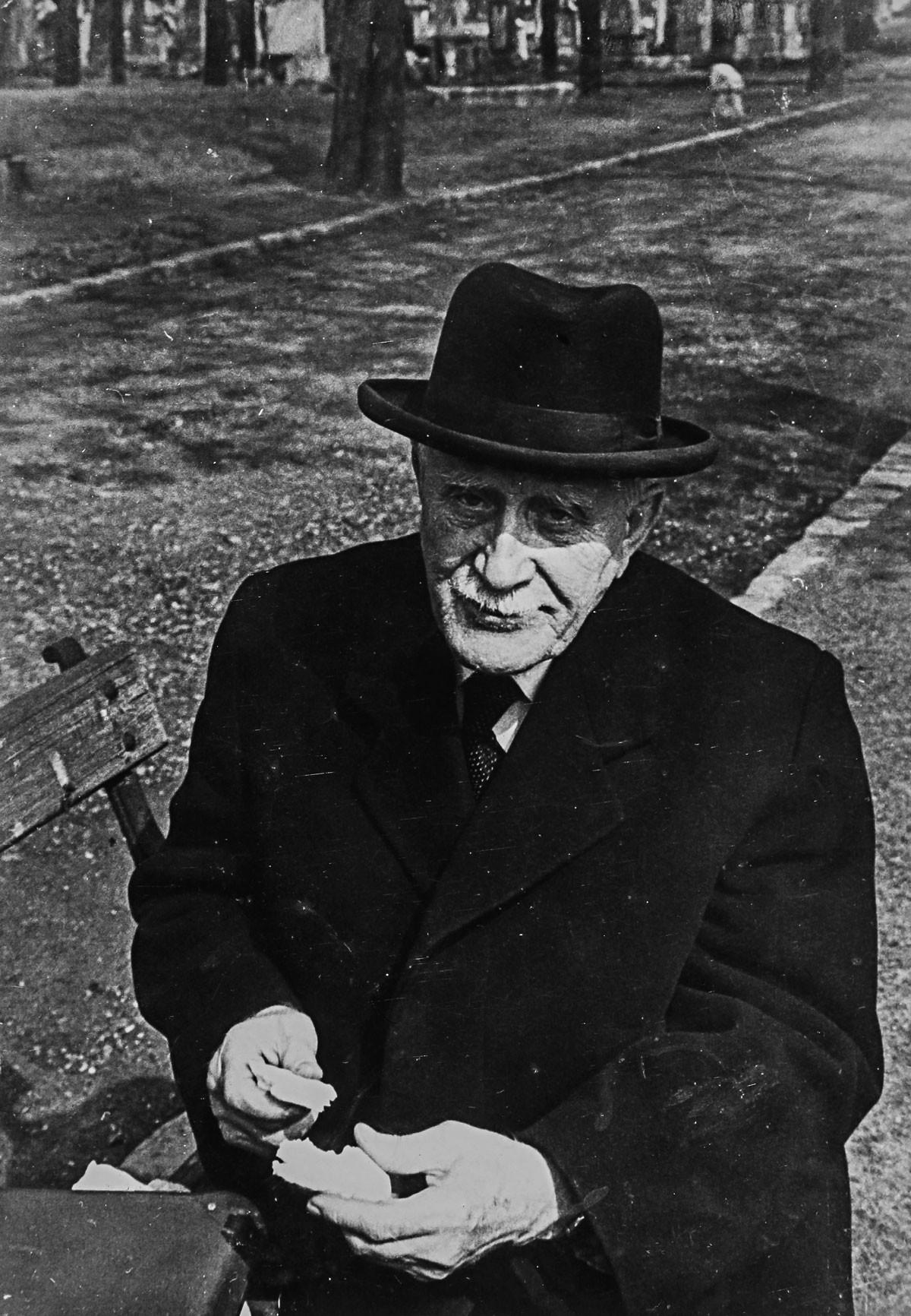 Miklós Imre egy őszi napon a Németvölgyi temetőben, amely ma Gesztenyéspark