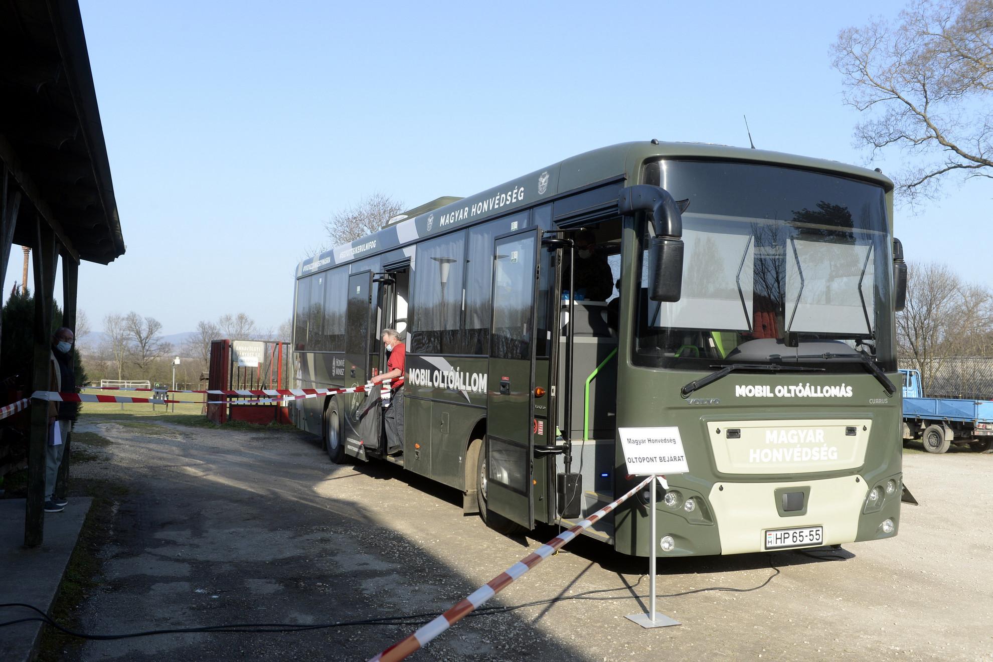 A Magyar Honvédség oltóbusza a Komárom-Esztergom megyei Annavölgyben 2021. március 31-én