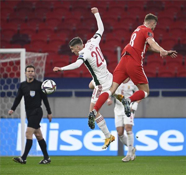 Sallai Roland (k) és a lengyel Michał Helik (j) a labdarúgó-világbajnokság európai selejtezőjében
