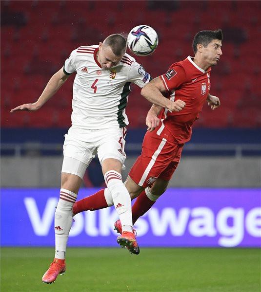 Szalai Attila (b) és a lengyel Robert Lewandowski (j) a labdarúgó-világbajnokság európai selejtezőjében