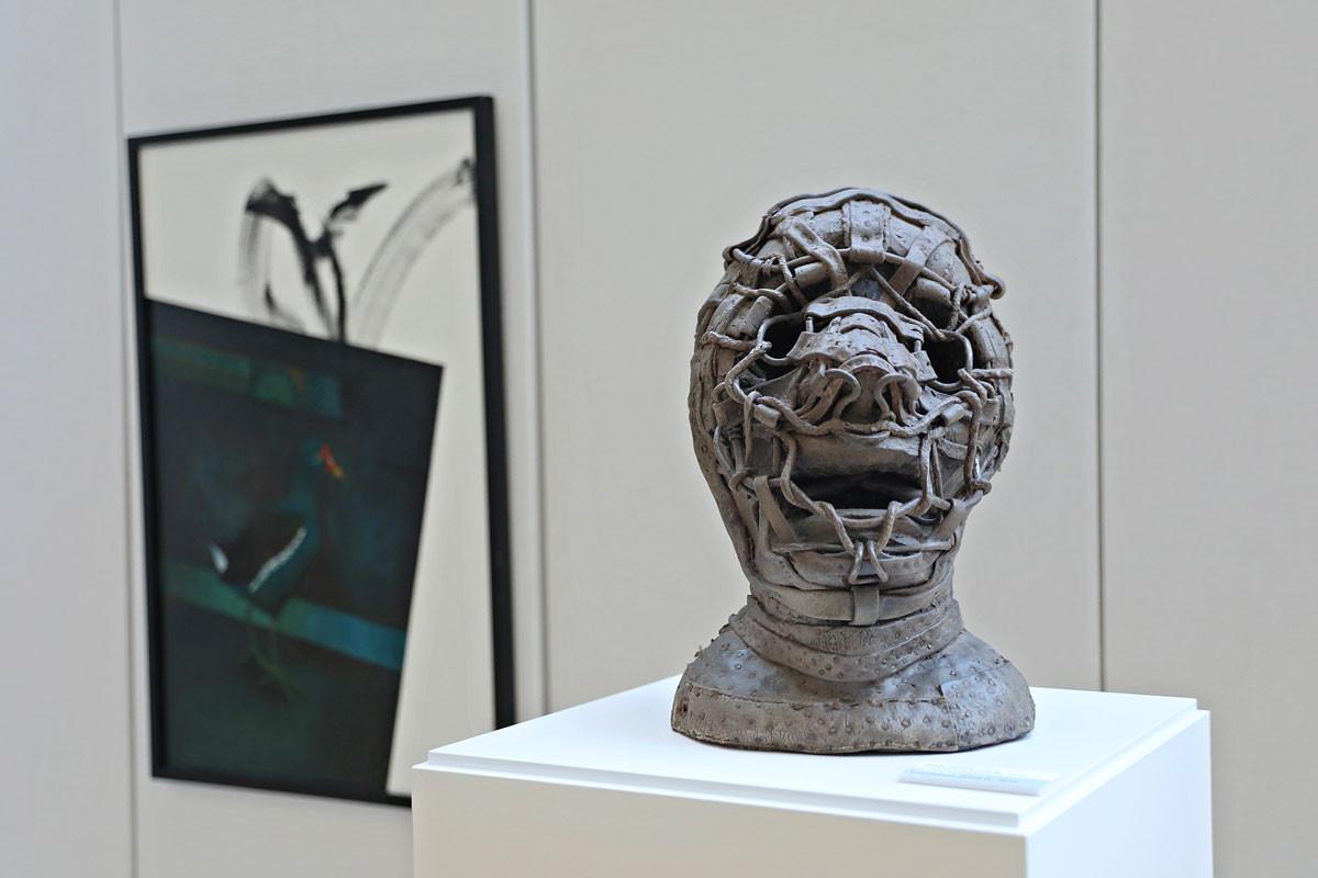 Gaál József kiállított szobra, a Transhuman Fetish IV. című alkotása hatásosan ábrázolja az elnyomást