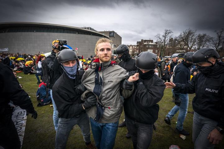 Ismét erőszakba torkollott a járványügyi intézkedések elleni tüntetés Hollandiában