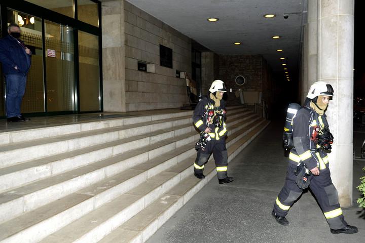Füstgránát lépett működésbe a jobbikos szakértő kezében az Országgyűlés Irodaházában