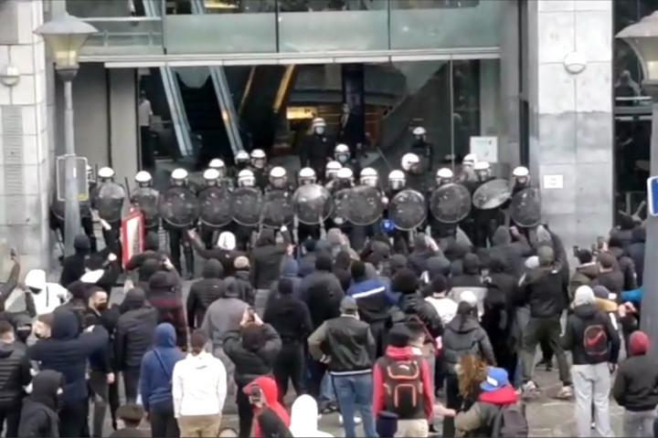 Szélsőbalos ámokfutás Liège-ben, rendőrlincselés és háborús állapotok a belgáknál