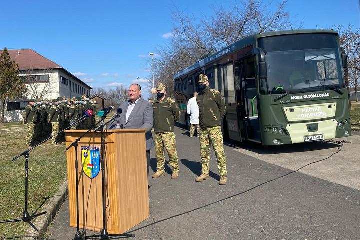 Oltóbusszal vesz részt a honvédség a védekezésben