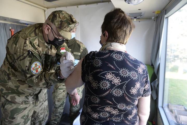 Megkezdték a munkát a Magyar Honvédség oltóbuszai